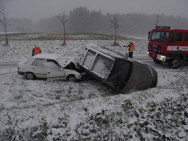 V sobotu kolem třetí odpoledne se na zasněžené silnici mezi Humpolcem a Ledčí nad Sázavou srazila vozidla Hyundai Santa Fe a Peugeot 309. Jednoho člověka odvezli záchranáři do nemocnice, ostatní ošetřili na místě.