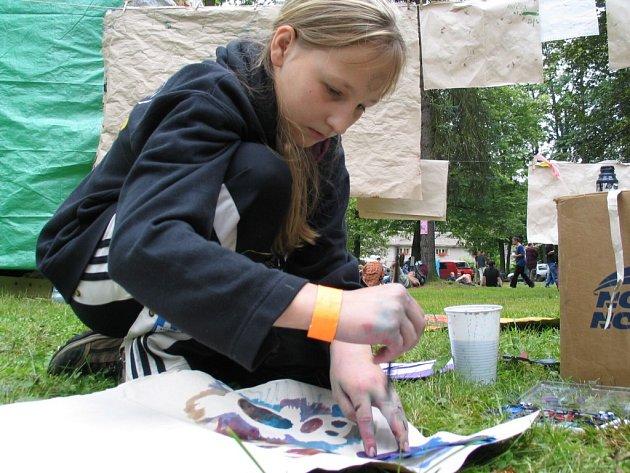 Na festivalu Otevřeno - Jimramov se nenudí nikdo. Na své si přijdou příznivci divadla, filmu, malby a také hudby.