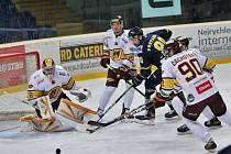 Jihlavští hokejisté (v bílém) prohráli v Litoměřicích 3:6. Do trháku ve čtvrtfinálové sérii jde soupeř.
