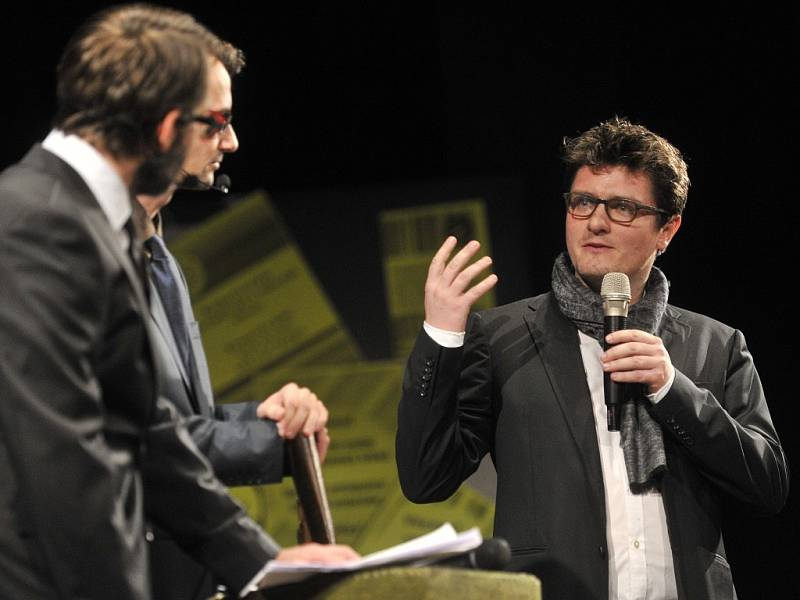 Během večera s tradičně recesistickým programem divadla Vosto5 byly předány ceny pro nejlepší dokumentární filmy. Na snímku vpravo je zakladatel a ředitel festivalu Marek Hovorka.