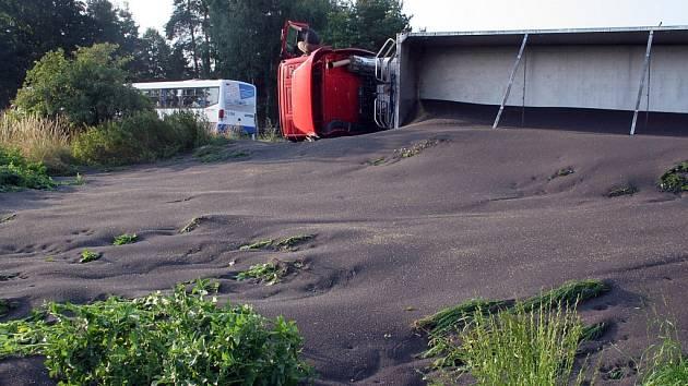 Kamion s nákladem řepky havaroval u Kostelce na Jihlavsku.