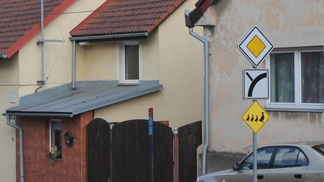 Pozor kachny. Na dopravní značce už ceduli řidiči neuvidí.