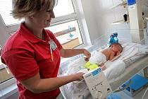 Senzorová deska monitoru dechu Babysense se bezpečně uloží pod matraci dětské postýlky. Dítě tak s přístrojem vůbec nepřijde do styku. Kontrolní jednotka je pak upevněna na postýlce.