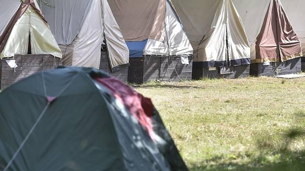 Tábor v lese. Na začátku týdne se na základně Kratizna v Hodicích vystřídali postupně hygienicii policisté. Zjišťovali příčinu hromadné nákazy téměř třicítky dětí.