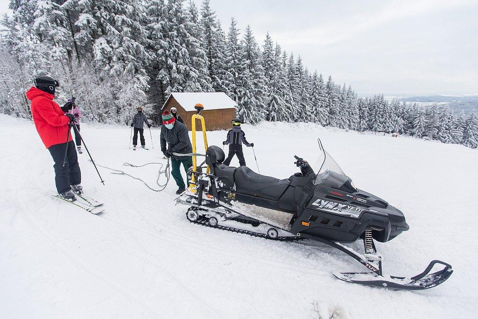 V lyžařském areálu Čeřínek tahá lyžaře na kopec skútr.