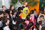 Čtyři stovky plyšáků dětem dovezl kapitán hokejistů z Moravských Budějovic Ladislav Rytnauer.