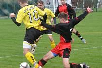 Fotbalisté Kostelce (v červených dresech) doma přejeli Chotěboř B, které nasázeli čtyři góly.