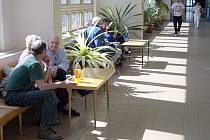 Slunce sálá přes okna jedné z chodeb na pacienty a návštěvníky jihlavské nemocnice. Na všech pokojích však v takových případech poslouží klimatizace nebo vzduchotechnika.