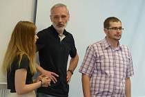 Ředitel základní školy v Dobroníně Ivo Mikulášek (uprostřed).