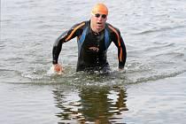 Z vody se po úvodní části vynoří Tomáš Bednář vždy mezi prvními. Plavání patří k jeho oblíbené a silné pasáži závodu.