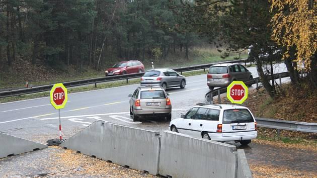 Sjezd v Pávově směrem na Jihlavu, který se otevřel minulý pátek, využilo v pondělí po druhé hodině několik desítek řidičů jedoucích ze směny. Řada řidičů o tom, že se sjezd znovu otevřel, ale stále neví.