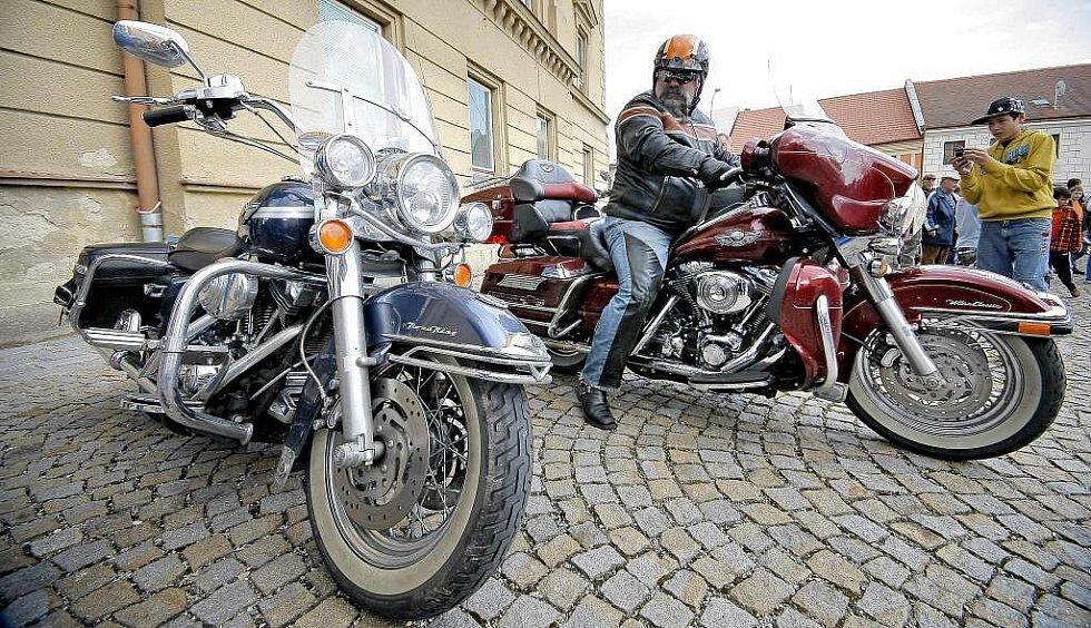 Zvědavci a vyznavači silných motorek si přišli na své v sobotu odpoledne v Třešti.