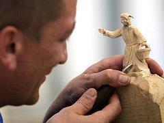 Vyřezávání malých figurek ze dřeva je někdy mravenční práce. Pro většinu řezbářů však tato práce znamená relax.