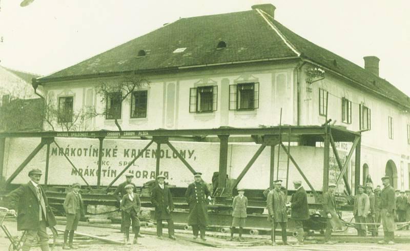 V řece času neuplynulo mnoho vody a druhý kvádr pro monolit stojí v Telči na křižovatce Slavatovské s Jihlavskou ulicí.