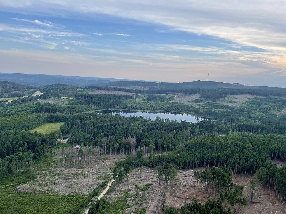 Pohled na Velký Pařezitý rybník. Vidíte tam vysílač na nejvyšší hoře Vysočiny na Javořici?