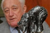 Zmenšeninu plastiky medvěda brtníka v poměru jedna ku deseti zatím opatruje brtnický důchodce Arnold Rubeš.