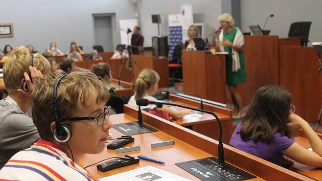 Účastníci Mladé univerzity Waldviertel-Vysočina poslouchali přednášky v sídle hejtmanství se zájmem.