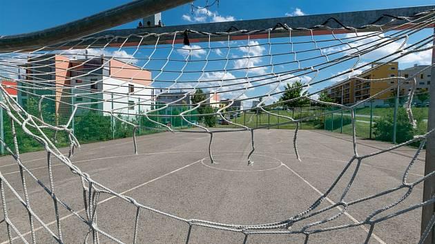 Síť na hřišti pro házenou se stala také cílem vandalů.