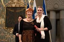 Goranka Horjan (vlevo), předsedkyně poroty pro kategorii edukace, Europa Nostra 2017 spolu s ředitelkou NPÚ v Telči Martinou Indrovou, která ocenění v pondělí přebírala.