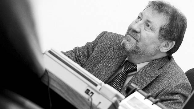 Leoš Dostál vedl třebíčskou nemocnici od začátku roku 2010. Letos na jaře jej krajští radní odvolali proto, že nebyli spokojeni s finanční situací nemocnice.