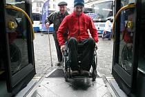 Jak se bude jezdit lidem v Pelhřimově novým nízkopodlažním autobusem, si mohli vyzkoušet všichni včera odpoledne na jihlavském Masarykově náměstí.