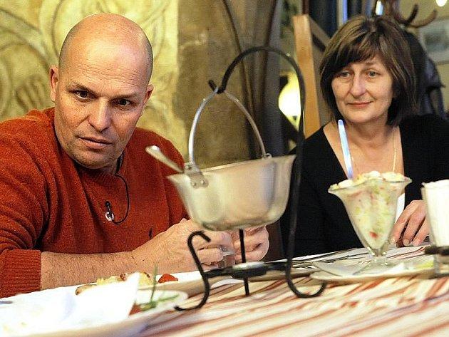 Jedním z tahů, jak zlepšit ekonomickou situaci Radniční restaurace, bylo pozvání Zdeňka Pohlreicha a jeho pořadu Ano, šéfe! Možná však už přišlo příliš pozdě.