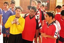 Kluci z dětských domovů z různých koutů ČR hrají fotbalový turnaj v Jihlavě.
