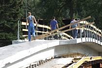 Mostek přes řeku Jihlavu se měl slavnostně otvírat 18. září. Stavba bude součástí cyklostezky od Kauflandu do centra Jihlavy. Snímek byl pořízen ve čtvrtek odpoledne.