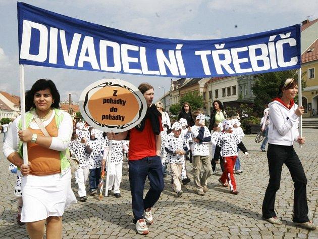 Tradiční průvod herců na Karlově náměstí zahájil další ročník festivalu Divadelní Třebíč.