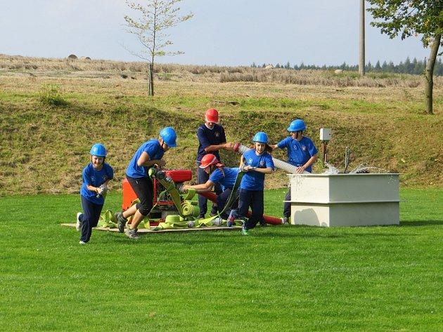 Mladí hasiči nejdříve předvedli útok sami, pak si ho zaběhli i s klienty Denního a týdenního stacionáře Jihlava.