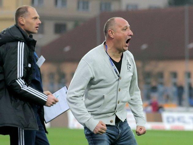 Nová trenérská dvojice Jihlavy Roman Kučera a Michal Kadlec (vlevo) má za sebou úspěšnou premiéru, ve které jejich tým porazil pražskou Slavii.