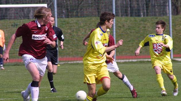 Včerejší dohrávka s pražskou Spartou měla pro starší dorostence FC Vysočina (druhý zleva Milan Raška, vpravo Jiří Bureš) hodně hořkou příchuť.