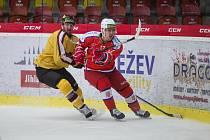 Jihlavští hokejisté (ve žlutém při přípravě s Porubou) zahájí sezónu domácím utkáním proti Prostějovu.