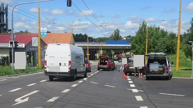 Tak vypadala situace po dopravní nehodě v ulici Romana Havelky u sjezdu z dálničního přivaděče vJihlavě.