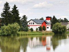 Starou hasičskou zbrojnici v Dobroníně nahradila úplně nová stavba.