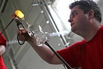 Novou výrobní halu, v níž bude vznikat zejména nápojové a dárkové sklo, ve čtvrtek otevřela firma Bohemia Machine ve Světlé nad Sázavou na Havlíčkobrodsku. Moderně vybavená huť zaměstnává pětadvacet lidí, kteří ročně zpracují na patnáct set tun skla. Ve m