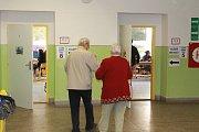 Takto vypadá volební místo v Základní škole Kollárova a v Hasičské zbrojnici v Herolticích.