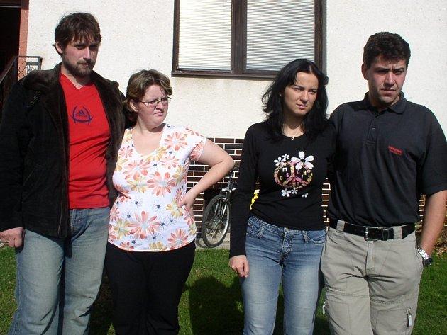 Rodiče zaměněných miminek: zleva manželé Čermákovi a Jaroslava Trojanová s Liborem Brožou.