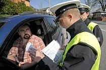Cenné rady rozdávali dopravní policisté šoférům, kteří ve středu dopoledne projížděli Čížovem na Jihlavsku.