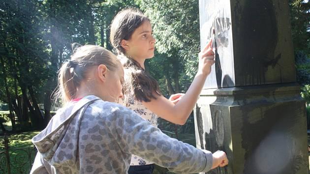 S houbičkami. Žáci páté třídy základní školy trávili včerejší ráno na hřbitově. Čistili náhrobky.