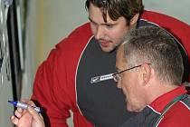 Dočasná dvojice. Úterní trénink prvoligových hokejistů Jihlavy vedli kouč juniorky Karel Dvořák a dosavadní asistent odvolaného trenéra Tomáška Petr Svoboda (vzadu).