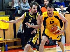 Basketbalisté BC Vysočina (ve žlutém) na své palubovce zdolali i nepříjemný Písek.