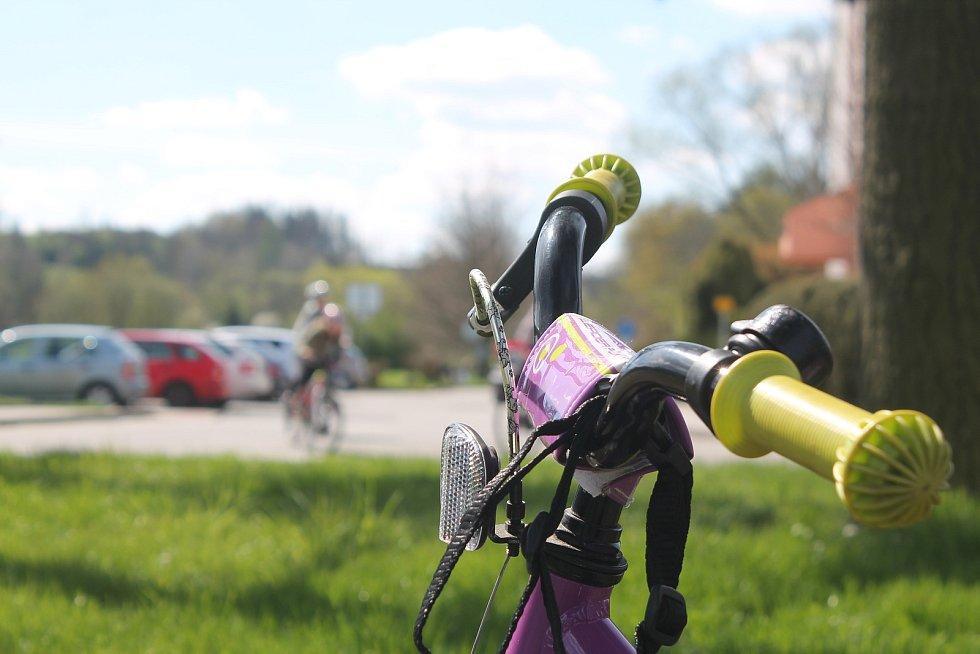 Teplé počasí lákalo ven, na cyklostezce z krajského města do Luk nad Jihlavou bylo občas pořádně rušno.