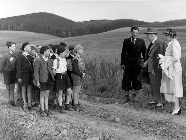 V červnu roku 1947 strávili prezident Edvard Beneš (v klobouku) s manželkou Hanou více než dva týdny na zámku v Náměšti nad Oslavou. Archivní snímek zachycuje hlavu státu pravděpodobně při setkání se školáky v okolí města.