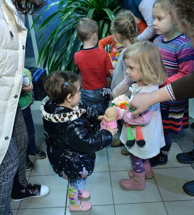 Přílet první desítky iráckých uprchlíků do Prahy, poté se přesunuli na Okrouhlík.