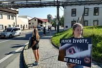 Protesty proti nelidskému zacházení se zvířaty už patří ke kosteleckému koloritu. Jeden se uskutečnil v pátek 30. července.