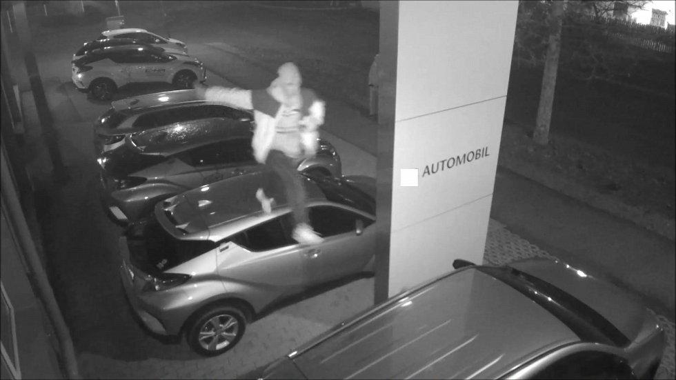 Škodu přes sto tisíc způsobila trojice mladíků, kteří na začátku prosince skákali po střeše automobilů vystavených u autosalonu v Rantířovské ulici v Jihlavě.