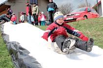 Zábava, utužování sousedských vztahů a radost v očích. To bylo hlavním cílem akce uhřínovické pytlování, které připravili organizátoři v Uhřínovicích. Protože v zimě nebývá moc sněhu, navezli ho na náves v půlce dubna.