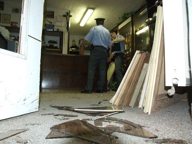 Střepy silného kouřového skla vchodových dveří zastavárny Šance na podlaze, prodavač vyvedený z míry a policisté v akci, to bylo páteční dopoledne v domě jedné z nejrušnějších jihlavských ulic v centru.