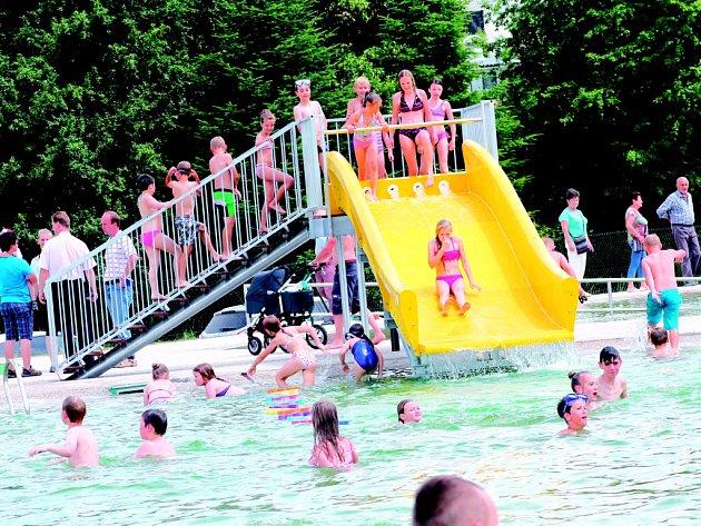 Atrakce. První den nového koupaliště využily především děti. Ty obsadily velkou vodní skluzavku, na které vznikaly dlouhé fronty. Koupaliště je vybavené celou řadou doplňků.